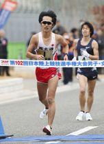 男子で1時間18分0秒で5連覇を果たした高橋英輝。右は2位の池田向希=神戸市で