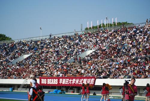 近年最多の観衆がつめかけた早慶戦、早大側スタンド=4月29日、駒沢陸上競技場