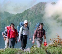 南アルプスの登山を楽しまれる天皇陛下。後方は赤石岳=1986年8月
