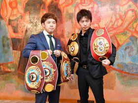 記者会見でポーズをとる3階級王者の田中恒成(左)と挑戦者で元統一王者の田口良一=名古屋市内