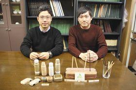 ウッドストローを開発した野中教授(左)と松岡さん=津市の三重大で