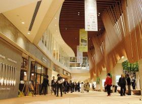 西宮北口駅の改札口と直結するフロア。吹き抜けの空間が利用者を迎える=西宮市高松町