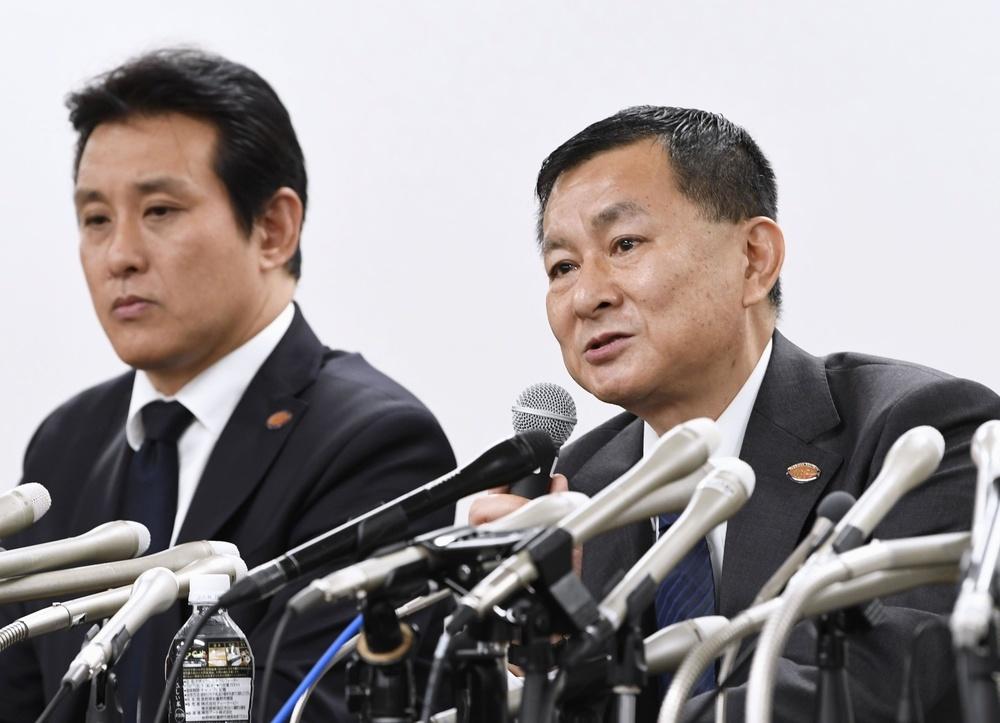 日大アメリカンフットボール部の反則問題を巡り、記者会見する関東学生連盟の柿沢優二理事長。左は森本啓司専務理事