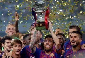 サッカーのスペイン・スーパーカップを制し、トロフィーを掲げるバルセロナのメッシ主将=12日、タンジール(ロイター=共同)