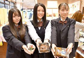 商品化された菓子を手にするそばガールズ=尾花沢市・うろこや総本店