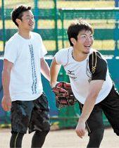 全試合出場を目標に掲げ、沖縄県内で自主トレする銀次(左)と島内