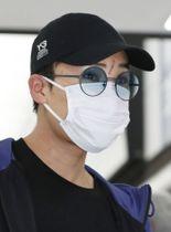 帰国したバドミントン男子の桃田賢斗選手=15日午後、成田空港