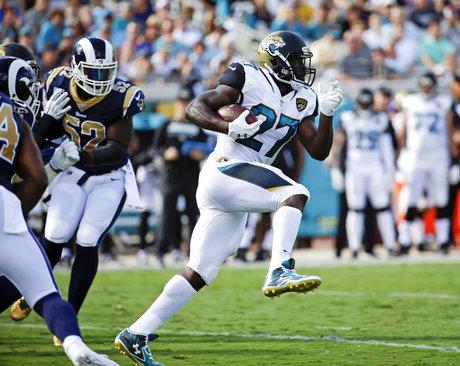 昨シーズン、NFL8位の1040ヤードを獲得したジャガーズのRBレオナード・フォーネット(AP=共同)