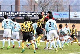 前橋育英高-ジュビロ磐田U-18 前半、相手のゴール前で競り合う育英イレブン=広島広域公園第一球技場