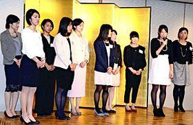 壇上であいさつする青木(右から2人目)ら東邦銀行陸上競技部のメンバー