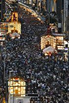 京都・祇園祭の「山鉾巡行」を翌日に控えた「宵山」でにぎわう四条通=16日夕