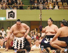 横綱土俵入りを披露する稀勢の里関=春日井市総合体育館で