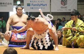 大相撲の冬巡業で横綱土俵入りを披露する白鵬関=16日、沖縄県宜野湾市
