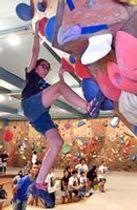 ボルダリングを楽しむ小学生ら=6日午後7時30分、宇都宮市錦3丁目