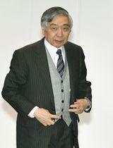 金融政策決定会合のため、日銀本店に入る黒田総裁=23日午前