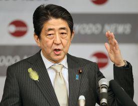 共同通信加盟社編集局長会議で講演する安倍首相=15日午後、東京・東新橋