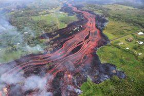 亀裂から流れる溶岩=19日、米ハワイ島(米地質調査所提供・AP=共同)