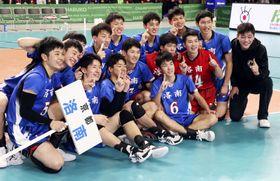 優勝を果たし、笑顔で記念写真に納まる洛南の選手たち=武蔵野の森総合スポーツプラザ