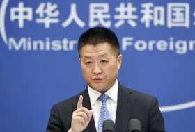 記者会見する中国外務省の陸慷報道局長=12日、北京(共同)