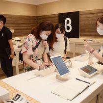 商品の見本とタブレット端末が商品棚に並び、購入はネットで行う「b8ta」の店舗=東京