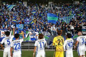 東京V戦に勝ち、PO進出に前進した徳島ヴォルティスの選手と喜びを分かち合うサポーター=16日、東京都調布市の味の素スタジアム