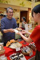 五平餅などを買い求める来場者(右)=岐阜市橋本町、アクティブG