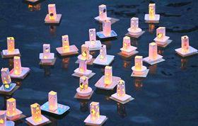 夜の八郎川を灯籠の優しい光が照らした
