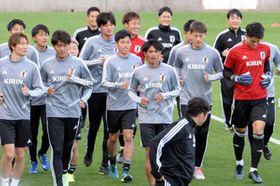 U―22日本代表の合宿が広島市で始まり、笑顔でランニングする選手たち