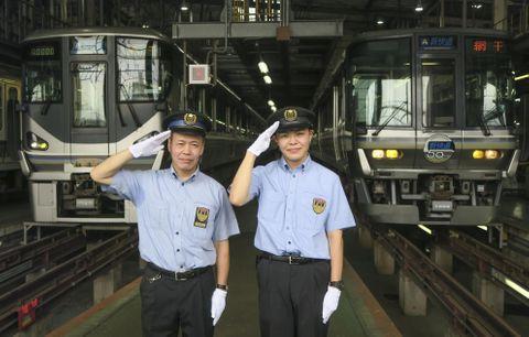 親子で現役車掌を務める森元克好さん(左)と長男啓介さん=30日、兵庫県太子町