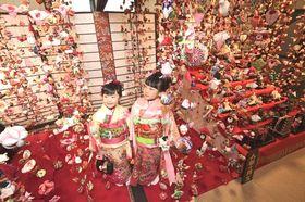 1万1千個のつるし雛飾りを展示するまつり主会場=19日午前10時10分ごろ、東伊豆町の文化公園雛の館
