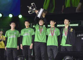 「第1回全国高校eスポーツ選手権」で優勝した佐賀県立鹿島高チーム=23日午後、千葉市