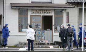 警察官が襲われ負傷した富山西署池多駐在所付近を調べる捜査員=24日午後4時10分、富山市
