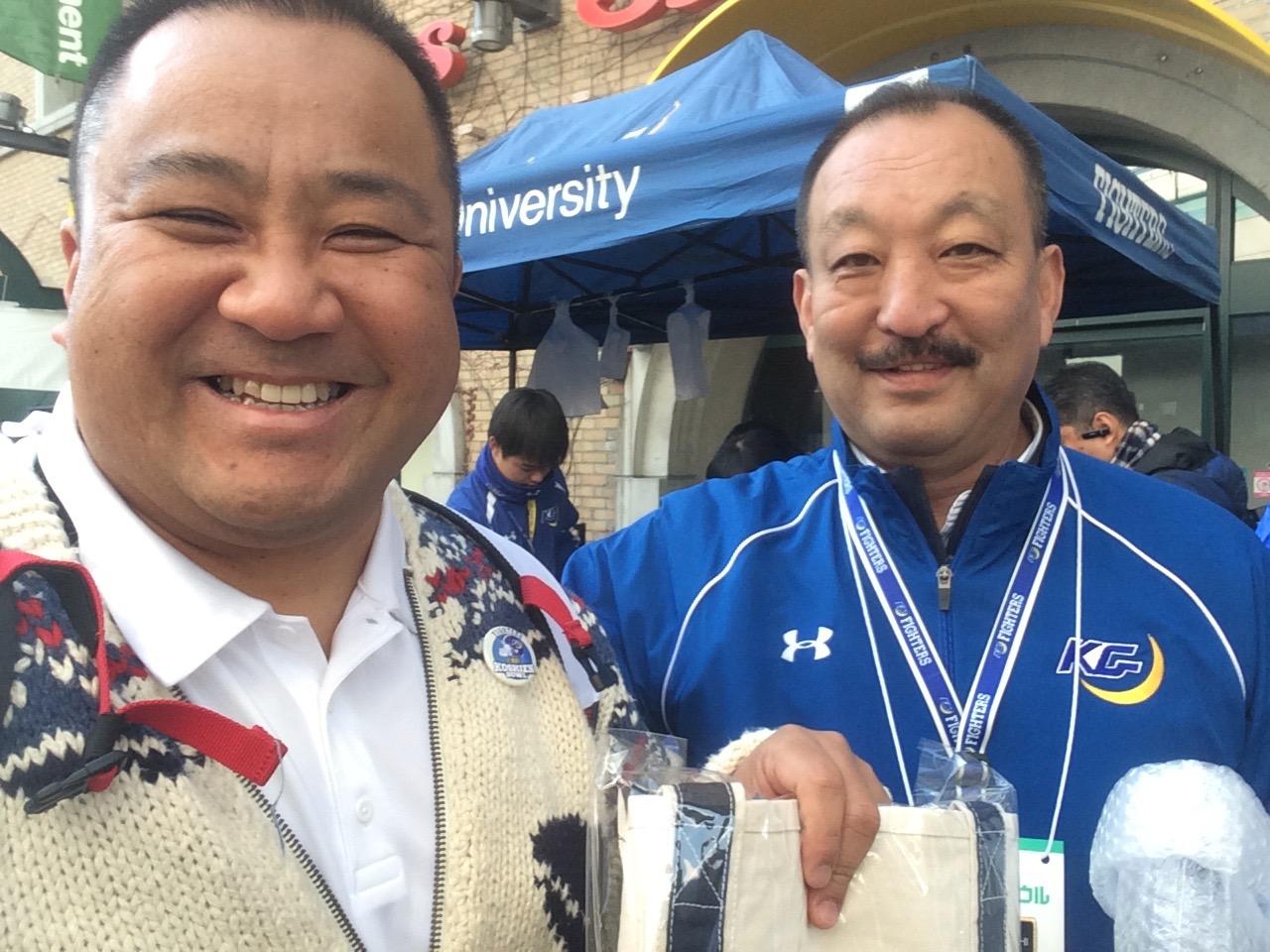 昨年、早大のコーチとして甲子園ボウルに参加した中村多聞さんと関学大の鳥内秀晃監督=写真提供:中村多聞さん