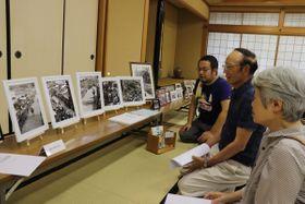 【来場者と話す伊藤さん(右から3人目)=桑名市多度町多度の多度まちづくり拠点施設で】