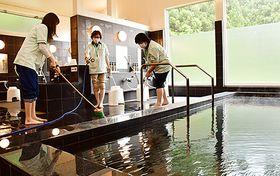 「天然温泉どんぐりの湯」のオープンを控え、清掃作業に当たるスタッフ=新庄市本合海