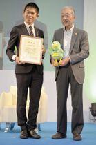 感謝状を受け取った川内さん(左)と太田猛彦さいたま緑のトラスト協会理事=さいたまスーパーアリーナ