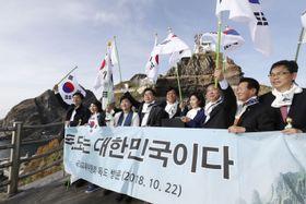 22日、島根県の竹島(韓国名・独島)に上陸した韓国の超党派の国会議員団(聯合=共同)