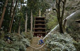 奈良県宇陀市の室生寺で行われた防災訓練=22日