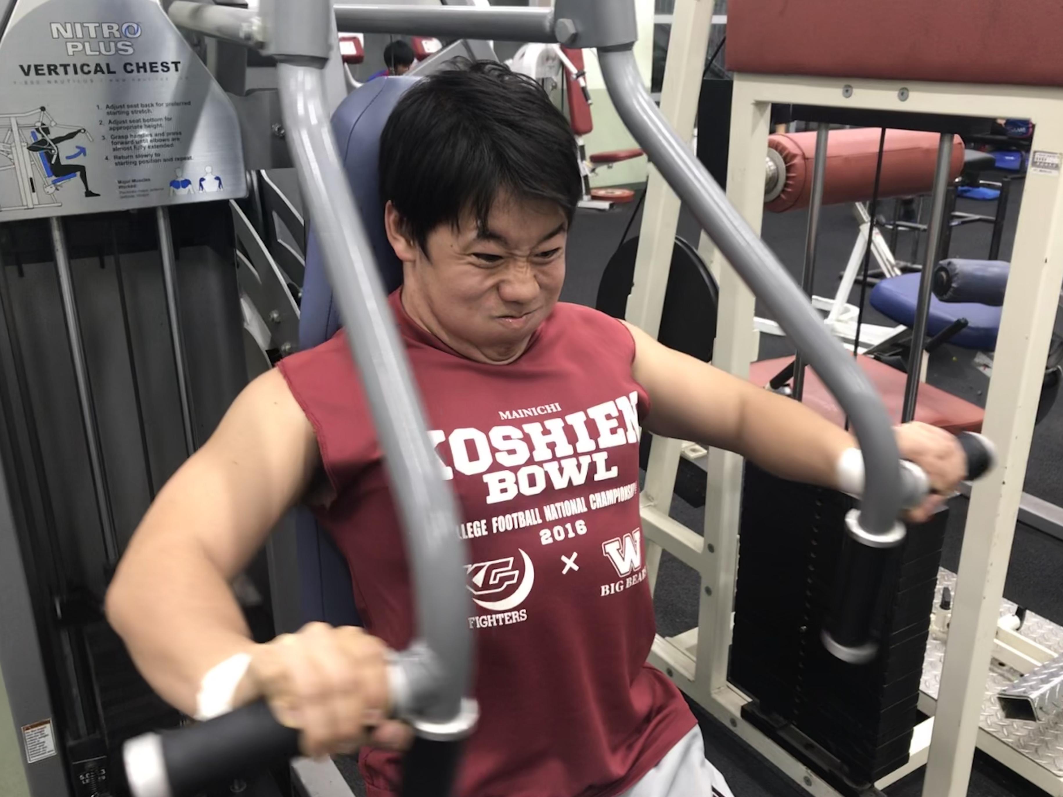 筋力トレーニングに励む早稲田大学の控え選手