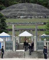 明治天皇陵を参拝された上皇さま=12日午後、京都市(代表撮影)
