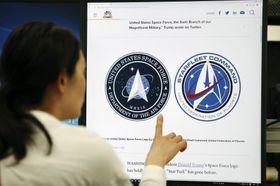 米国の宇宙軍のロゴマーク(左)とSFドラマ「スタートレック」に使われたロゴがそっくりだと報じる、CNBCテレビのウェブサイト=25日、東京都港区