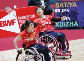 女子ダブルス(車いす)1次リーグで中国ペアと対戦する山崎(奥)、里見組=国立代々木競技場
