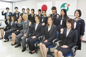 川元教育長(前列手前から4人目)から激励を受けた福井丸岡RUCKの選手たち=坂井市役所第2別館で