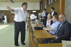 県柔道連盟の昇段試験を視察するフレーゼ会長(右端)とシュペッカー委員長(右から2人目)=20日、徳島市の県立中央武道館