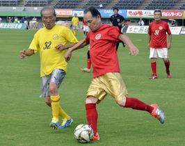 激しくボールを競り合う選手たち=鹿児島市の白波スタジアム
