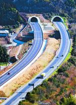 全線で4車線化された高松自動車道。左側の上り車線が新たに設置された。奥は北唱谷トンネル=板野町大坂