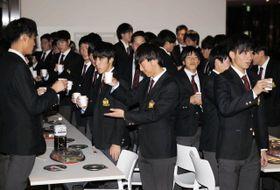 1部復帰を祝う甲南大サッカー部の選手たち=神戸市東灘区の同大学
