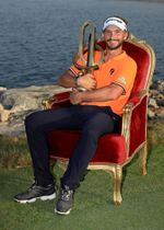 欧州ゴルフのNBOオマーン・クラシックを制し、トロフィーを手にするフースト・ルイテン=18日、マスカット(ゲッティ=共同)