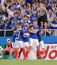 8月31日のG大阪でダメ押しの3点目を挙げ、喜ぶ遠藤ら横浜Mの選手