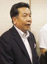 新潟市で取材に応じる立憲民主党の枝野代表=24日午後